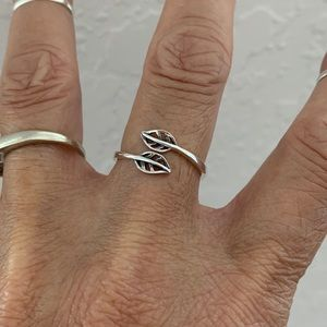 Jewelry - 🍂🍂NEW ARRIVAL🍂🍂 Sterling Silver Two Leaf Ring